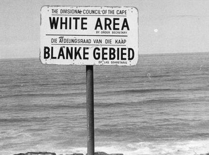 Un cartel en la Sudáfrica de los años setenta, durante el 'apartheid', señala una playa solo para blancos.