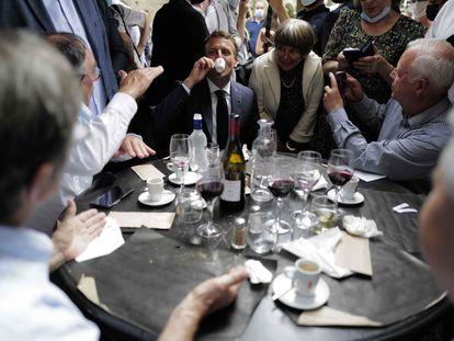 El presidente francés, Emmanuel Macron, durante un almuerzo con ciudadanos, en el pueblo de Martel (Francia) el pasado jueves.