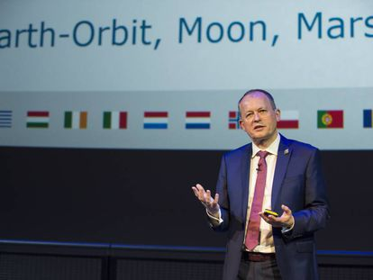David Parker da una charla sobre los objetivos de exploración espacial de la ESA.
