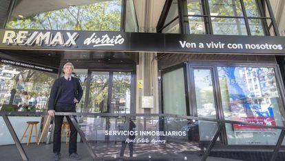 Jacobo Armero, ante la sede de la agencia en la que trabaja.
