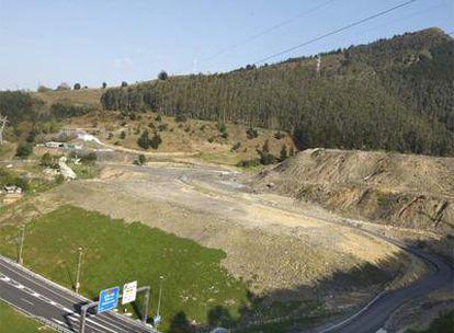 Vista de los terrenos de Alonsotegi donde se preveía levantar la planta presentada por el grupo Afer, junto a la autovía del Cadagua.