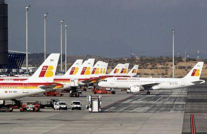 Aviones de Iberia en la T4 del aeropuerto de Barajas.