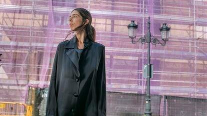 La artista Julia de Castro posa frente a la calle Atocha 87.