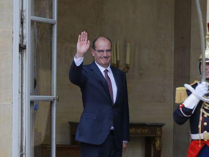 Jean Castex, nuevo primer ministro francés, entra el viernes en el palacio de Matignon.