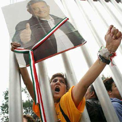 Un seguidor del candidato presidencial mexicano López Obrador, ayer ante el Tribunal Electoral.