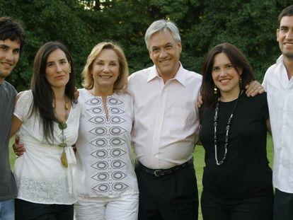 El presidente de Chile, Sebastián Piñera (cuarto por la izquierda), junto a su esposa Cecilia Morel (tercera por la izquierda) y sus hijos.