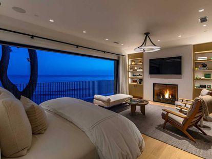El enorme dormitorio principal tiene una chimenea y una terraza con una vista privilegiada del océano Pacífico.
