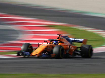Fernando Alonso pilota el McLaren durante los tests en Montmeló.
