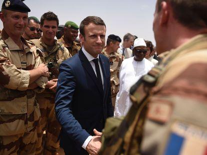 El presidente francés, Emmanuel Macron, durante una visita a tropas francesas en el Sahel en Malí en mayo de 2017.