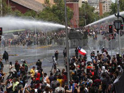 La huelga que han convocado los sindicatos este miércoles se ha sentido especialmente en las calles de Santiago donde se han celebrado multitudinarias protestas