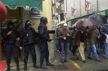 La policía vigila el paso de los mineros durante la protesta convocada ayer en Huelva.