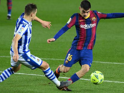 Pedri ante Gorosabel, en el partido entre el Barcelona y la Real Sociedad.