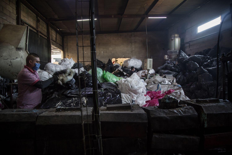 Zona de fundición y selección de bolsas para reciclar en Innovaplastix.