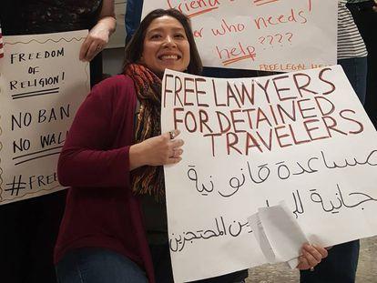 """La abogada Ofelia Calderón, el pasado sábado en el aeropuerto de Dulles, a las afueras de Washington, con un cartel que reza: """"Abogados gratuitos para viajeros detenidos"""""""