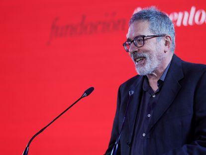 El escritor y traductor argentino César Aira pronuncia unas palabras tras recibir el premio Prix Formentor 2021.