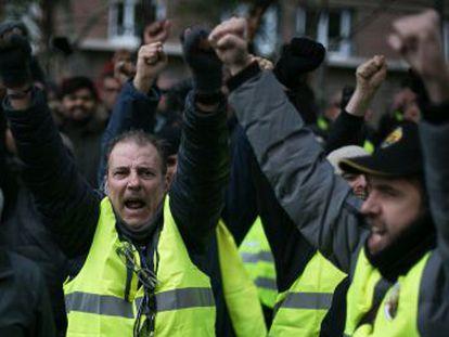 Los taxistas decidirán si mantienen el paro o lo desconvocan este miércoles tras cinco días colapsando Barcelona