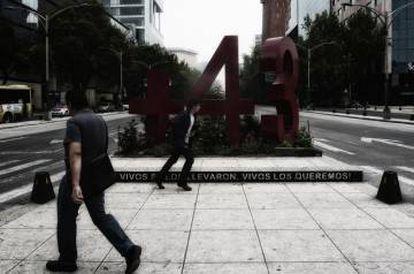 'Anti monumento' en recuerdo a los 43 desaparecidos en Ciudad de México