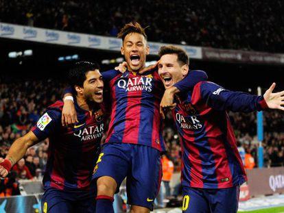 Luis Suárez, Neymar y Messi celebran el gol del argentino frente al Atlético en Liga.