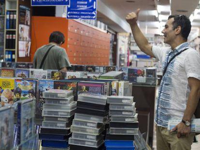 Clientes en Video Instan, que alberga una colección de 8.000 VHS.