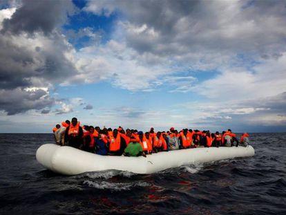 Migrantes en una balsa en el Mediterráneo. / EP