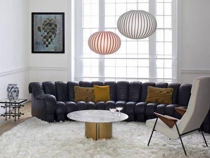 Sofá DS-600 de De Sede, alfombra de Yerra Rugs, cuadro de Jonathan Yeo, lámparas de Established & Sons, cojines de One Nine Eight Five y Fromental Deign, silla de Walter Knoll. |