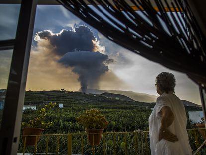 Una mujer contempla la columna de humo durante la erupción del volcán de La Palma, este jueves.