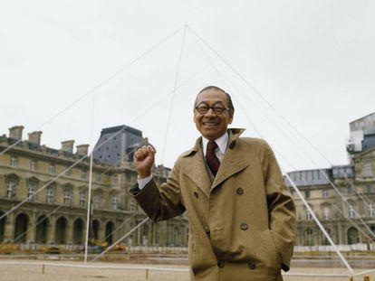 Ieoh Ming Pei, el 2 de mayo de 1985, frente a una simulación a tamaño real de la pirámide del Louvre, antes de comenzar las obras. |