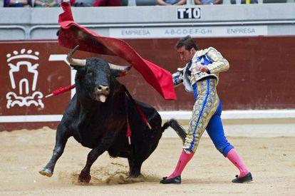 El diestro David Fandila 'El Fandi', con su primer toro de la tarde