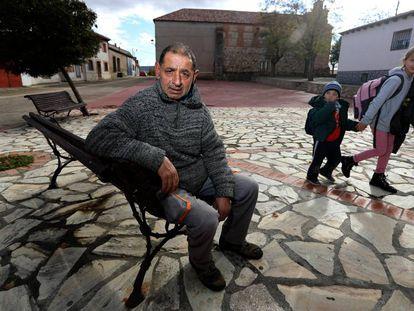 El búlgaro Atanas Giorgiev, en la plaza de Torre del Burgo, Guadalajara, junto a unos niños de padres italianos, el pasado miércoles
