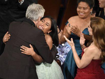 Cuarón abraza a Aparicio en la gala de los Oscar.