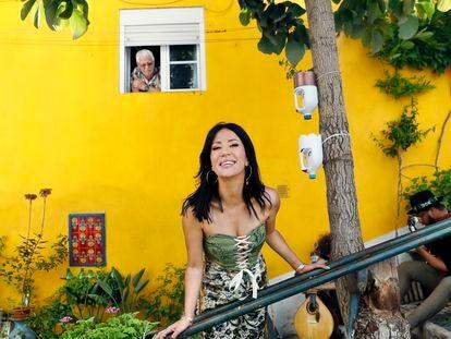 La artista Ana Moura en el centro histórico de Lisboa en julio de 2021.