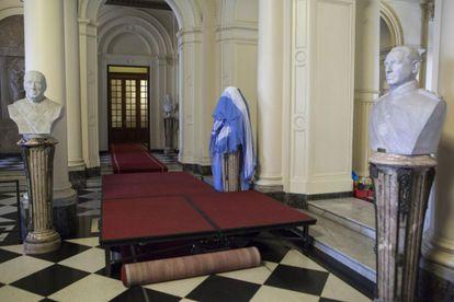 El busto de Néstor Kirchner (tapado con una bandera) en la casa de Gobierno en Argentina