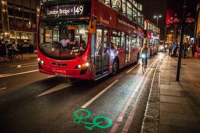Ciclista utilizando el Blaze laserlight en Londres