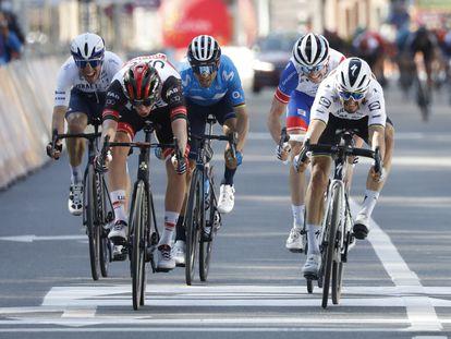 Pogacar cruza el primero la meta este domingo en la carrera Lieja-Bastoña-Lieja.