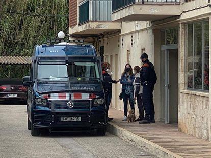 Dispositivo de Mossos en el edificio Creu de Sant Pol, en S'Agaró, Girona, este martes por la mañana.