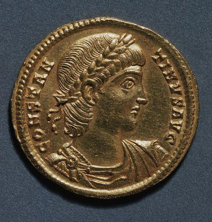 """'Solidus' dorado de Constantino (306-337) acuñado en Nicomedia (en la actual Turquía), considerado """"el dólar de la Edad Media"""". En deliberado contraste con la tosca apariencia de Diocleciano, Constantino aparece como un héroe civilizado de perfil clásico."""