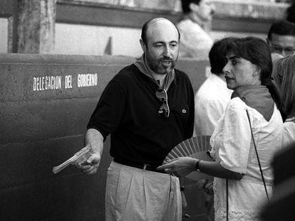 Luis Roldán (Zaragoza, 1943) es nombrado director general de la Guardia Civil en octubre de 1986. Antes había sido teniente de alcalde del Ayuntamiento de Zaragoza y delegado del Gobierno en Navarra desde 1982. Fue el primer civil en ocupar el cargo. En la imagen, Roldán con una pistola de agua en los sanfermines de 1990. Aún no había estallado el escándalo.