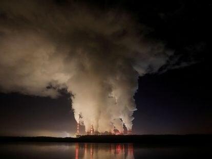 Columnas de humo saliendo de la central eléctrica de Belchatow (Polonia), la mayor de carbón de la UE.