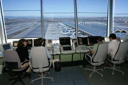 Controladores en la torre de control del aeropuerto de Madrid-Barajas.