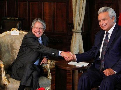 Guillermo Lasso, presidente electo de Ecuador, junto al mandatario saliente Lenín Moreno, en un encuentro del 19 de abril de 2021.
