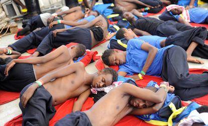 Migrantes hacinados en la cubierta del 'Aquarius', el pasado domingo