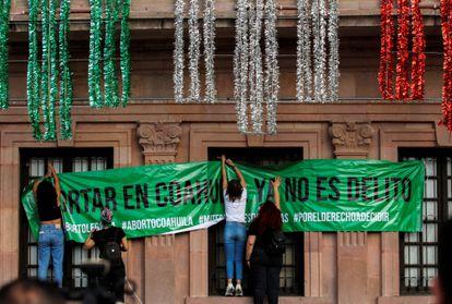 Mujeres colocan un cartel tras la decisión de despenalizar el aborto de la Corte Suprema, en Saltillo (México), el 7 de septiembre.