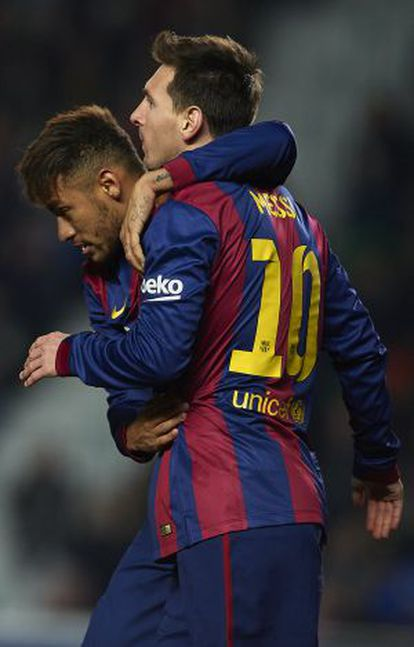 Neymar celebra un gol con Messi.