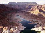 De no ser por la sequía, la mayor parte de la zona que presenta esta vista aérea estaría cubierta por el agua del lago Powell, en el río Colorado, que lleva agua a varios estados de la zona Sur de Estados Unidos.