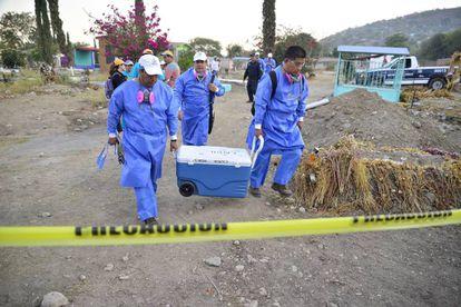 Un grupo de forenses supervisan los restros encontrados en Jojutla, Morelos.