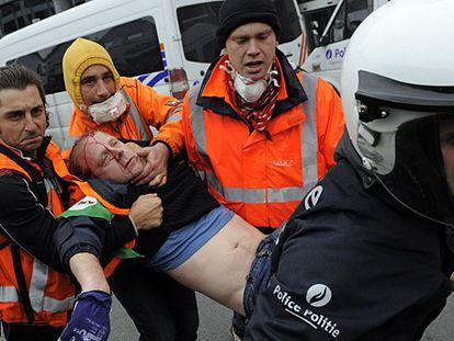Manifestante herido este viernes en las protestas en Bruselas.
