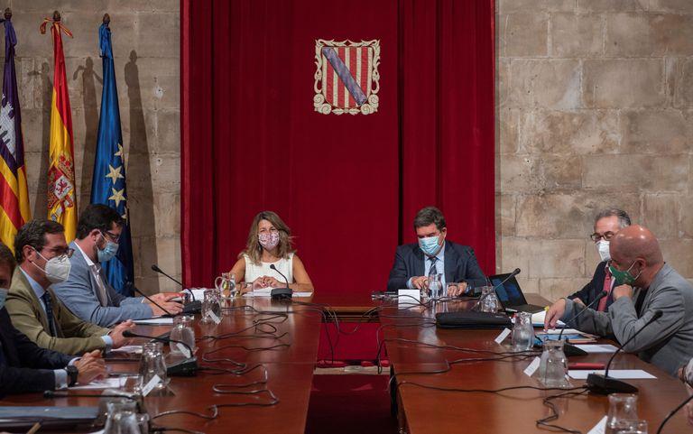 Yolanda Díaz, ministra de Trabajo, y José Luis Escrivá, ministro de Inclusión y Seguridad Social, negocian la prórroga de los ERTE con los agentes sociales, el 4 de septiembre en Palma.