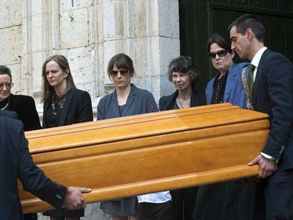 El féretro de Tom Sharpe, acompañado por Montserrat Verdaguer (izquierda), sus hijas Grace y Jemima, su viuda Nancy y su tercera hija, Melanie.