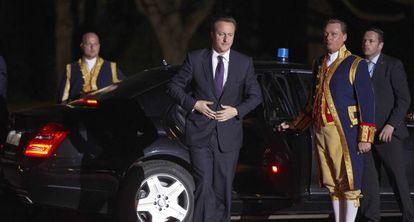 En el centro, el primer ministro británico, David Cameron, a su llegada a una cena ofrecida a los asistentes a la Cumbre Nuclear de Holanda.