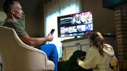 Un padre selecciona una película de Netflix. SANTI BURGOS